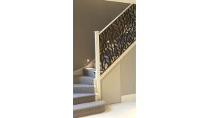 Escalera en madera y metal adornado en corte laser